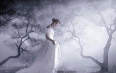 水边的白衣女子